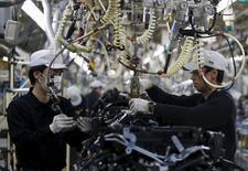 En la imagen, empleados en una fábrica de Nissan en la ciudad de Iwaki, Japón. 5 de abril de 2016. La actividad manufacturera japonesa se contrajo en abril a su ritmo más acelerado en más de tres años y la producción registró su mayor declive en más de dos años, mostró una encuesta el lunes, después de que unos terremotos afectaron la producción en las fabricas de Kumamoto. REUTERS/Yuya Shino