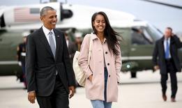 Presidente dos EUA, Barack Obama, e filha Malia durante evento em Chicago.    01/05/2016     REUTERS/Kevin Lamarque