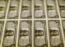 Billetes de 1 dólar en la Casa de Moneda de los Estados Unidos en Washington, nov 14, 2014. El dólar subía el lunes tras su mayor retroceso semanal en más de siete años ante el yen, aunque perdía terreno frente a otras destacadas monedas, en especial el euro, que se vio ayudado por un robusto dato de actividad manufacturera de Alemania.     REUTERS/Gary Cameron/File Photo