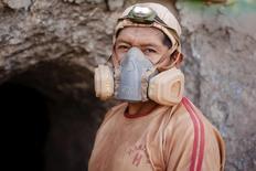 El minero de la compañía Aurelsa, Ezequiel Zúñiga, posa para una fotografía afuera de un túnel cerca de relave, en Ayacucho, Perú. 20 de febrero de 2014. La producción de cobre de Perú, la tercera mayor del mundo, repuntó un 45,7 por ciento interanual en marzo por el inicio de las operaciones de nuevos proyectos, informó el lunes el Ministerio de Energía y Minas. REUTERS/ Enrique Castro-Mendivil