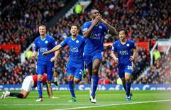 Jogadores do Leicester comemoram gol contra o Manchester United.  1/5/16. Reuters/Darren Staples