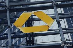 Commerzbank anunció el martes una caída de un 52 por ciento en su beneficio neto del primer trimestre, golpeado por unos mercados de capitales volátiles y el lastre de unos bajos tipos de interés. En la imagen, el logotipo de Commerzbank en Fráncfort, Alemania, el 12 de febrero de 2016.       REUTERS/Ralph Orlowski/File Photo
