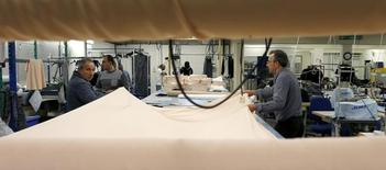 L'indice PMI du secteur manufacturier britannique a baissé en avril de 50,7 à 49,2, passant sous la barre de 50 séparant la contraction de la croissance pour la première fois depuis mars 2013. /Photo d'archives/REUTERS/Eddie Keogh