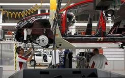 Las ventas de coches en España subieron un 21,2 por ciento a 100.281 unidades en el mes de abril, volviendo a un crecimiento de dos dígitos tras la ralentización de marzo por la Semana Santa, dijo el martes la patronal de fabricantes de vehículos Anfac. En la imagen  de archivo, un trabajador de una fábrica de SEAT en Martorell.  REUTERS/Gustau Nacarino/File Photo