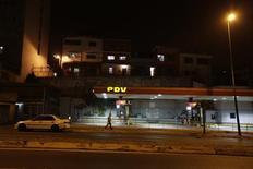 Una gasolinera de la estatal venezolana PDVSA, en Caracas, Venezuela. 18 de febrero de 2016. La estatal PDVSA ha empezado a negociar en privado la emisión de varios instrumentos financieros para saldar facturas pendientes con empresas petroleras, dijeron siete fuentes conocedoras de las conversaciones, complicando las finanzas de la compañía que enfrenta abultados vencimientos de bonos en los próximos meses. REUTERS/Marco Bello