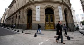 La sede del Mercado de Valores de Buenos Aires en Buenos Aires, abr 18, 2016. La petroquímica Solvay Argentina dijo el martes que Unipar Carbocloro, sociedad constituida bajo leyes de Brasil, llegó a un acuerdo de compra de su tenencia accionaria en Solvay Indupa por unos 202 millones de dólares.  REUTERS/Marcos Brindicci