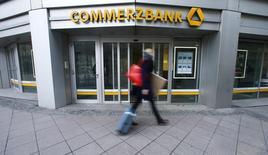 Las bolsas europeas bajaron el martes a mínimos de tres semanas lideradas por Commerzbank, tras un descenso de sus ingresos, y por el sector minero, que acompañó las caídas de los precios de los metales después de flojos datos manufactureros en China. En la imagen, un peatón camina delante de una sucursal de Commerzbank en Fráncfort, Alemania, el 12 de febrero de 2016.      REUTERS/Ralph Orlowski/File Photo