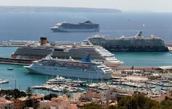La economía valenciana despuntó en el arranque del año con un crecimiento intertrimestral del 1,2 por ciento, frente al 0,8 por ciento de la media de España, y ayudó a que el PIB nacional mantuviera el pulso en los tres primeros meses del año con respecto al cierre de 2015, según estimaciones hechas públicas el martes. En la imagen, cinco cruceros coinciden el 3 de mayo en el puerto de Palma de Mallorca, una de las islas con mayor contrbución al crecimiento. REUTERS/Enrique Calvo  - RTX2CNHH