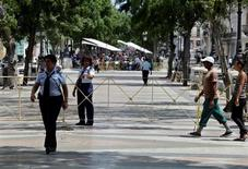 Policiais cercando rua onde será realizado o desfile da Chanel em Havana.    03/05/2016      REUTERS/Enrique de la Osa