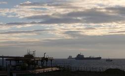Танкеры у нефтяного терминала близ Марселя 19 января 2016 года. Цены на нефть стабилизировались в среду после двух сессий потерь подряд, вызванных беспокойством относительно замедления роста мировой экономики и увеличением добычи на Ближнем Востоке. REUTERS/Jean-Paul Pelissier