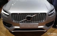 Автомобиль Volvo XC90 на автошоу в Детройте 11 января 2016 года.  Volvo Car Group получила прибыль в первом квартале за счёт продаж новых моделей премиальных автомобилей, которые помогли поднять прибыльность до уровня, практически равного более крупным конкурентам. REUTERS/Gary Cameron
