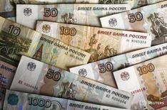 Рублевые купюры в Варшаве 22 января 2016 года. Рубль существенно подешевел при открытии торгов среды, отыгрывая глубокое падение нефти в начале недели, при этом рыночная активность и ликвидность могут быть пониженными в три межпраздничные сессии. REUTERS/Kacper Pempel