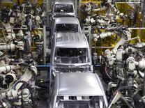 El crecimiento de los negocios de la zona euro fue lento pero estable el mes pasado, mostró el miércoles un sondeo, sugiriendo que el programa de estímulos del Banco Central Europeo está sosteniendo la actividad, aunque aún no impulsa la inflación. En la imagen, una planta de ensamblaje de vehículos en Nakatsu, prefectura de Oita, Japón el 6 de abril de 2016. REUTERS/Naomi Tajitsu/File Photo