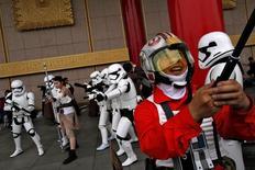 Fãs vestidos de personagens de Star Wars em Taipé.    04/05/2016   REUTERS/Tyrone Siu