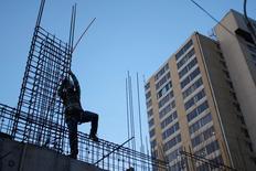 Un obrero en el sitio de la construcción de un edificio residencial en Valparaíso, Chile, jun 15, 2009. Chile debe invertir unos 151.000 millones de dólares en infraestructura en los próximos diez años para evitar que aumenten los déficit en esta área, además de apoyar el repunte de la alicaída economía local, mostró el miércoles un informe del gremio de la construcción.  REUTERS/Eliseo Fernandez