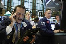 Трейдеры на торгах Нью-Йоркской биржи 2 мая 2016 года.  Американские фондовые индексы снизились вторую сессию кряду по итогам торгов среды после публикации слабых данных о числе рабочих мест в частном секторе США, а также на фоне падения стоимости акций биотехнологических компаний. Более слабые, чем ожидалось, результаты Priceline усилили понижательные настроения на рынке. REUTERS/Brendan McDermid