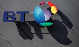 Le leader britannique des télécoms BT a annoncé jeudi son intention d'investir six milliards de livres (7,59 milliards d'euros) pour développer son réseau haut débit et 4G mobile sur les trois prochaines années. /Photo d'archives/REUTERS/Phil Noble