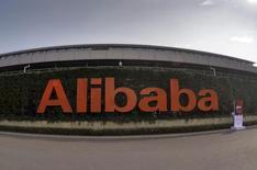 Логотип  Alibaba Group на здании штаб-квартиры компании в Ханчжоу, Китай. Китайский гигант электронной торговли Alibaba Group Holding Ltd сообщил о росте выручки в четвертом квартале на 39 процентов благодаря увеличению валового объема продаж. REUTERS/Stringer/File photo