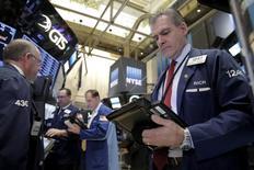 Трейдеры на Уолл-стрит. Американские фондовые индексы повысились в начале торгов четверга, поскольку рост цен на нефть впервые за эту неделю оказал поддержку акциям энергетических компаний, а инвесторы ждут завтрашней публикации ежемесячного отчета о занятости в США. REUTERS/Brendan McDermid