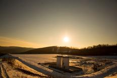 A Chesapeake Energy natural gas well pad rests on the hill in Litchfield Township, Pennsylvania, January 9, 2013.  REUTERS/Brett Carlsen