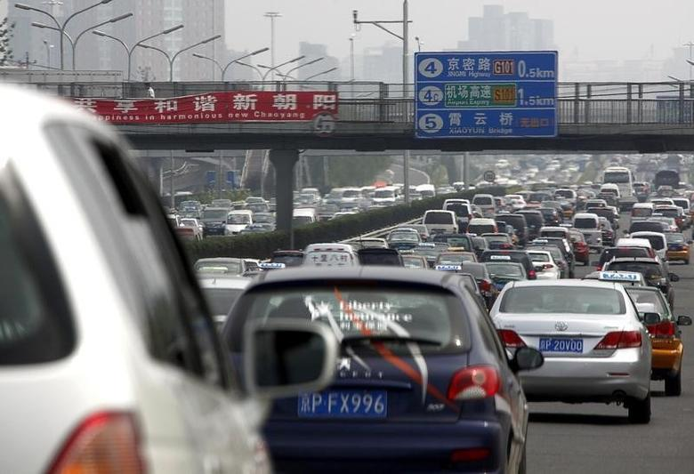 Cars can be seen in a traffic jam along a main road in central Beijing August 20, 2010.  REUTERS/David Gray