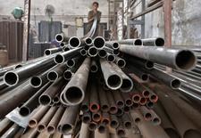 Las bolsas europeas caían en las primeras operaciones del viernes, lastradas por los descensos de ArcelorMittal, mientras los inversores esperaban el informe de empleo de Estados Unidos en abril para recibir más pistas sobre las perspectivas de los tipos de interés en la mayor economía del mundo. En la imagen de archivo, un trabajador apila tubos de acero en Ahmedabad, India, el 4 de noviembre de 2014. REUTERS/Amit Dave