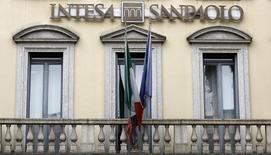 Intesa Sanpaolo, première banque de détail italienne, affiche un bénéfice net trimestriel supérieur aux attentes (806 millions d'euros) avec la contraction de ses charges pour pertes de créances, mais ses commissions ont baissé de 11% en raison des turbulences sur les marchés financiers au cours des premiers mois de l'année. /Photo d'archives/REUTERS/Stefano Rellandini