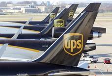 United Parcel Service (UPS), à suivre vendredi à la Bourse de New York. Le groupe de messagerie a annoncé un nouveau programme de rachat d'actions d'un montant de huit milliards de dollars. /Photo d'archives/REUTERS/John Sommers II