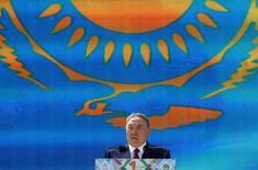 Нурсултан Назарбаев выступает на Дне народного единства в Алма-Ате. Президент Казахстана сменил двух министров - экономики и сельского хозяйства, - а также создал новое министерство информации и коммуникаций на фоне уличных протестов, связанных с земельной реформой, которая была приостановлена в четверг. KREUTERS/Shamil Zhumatov