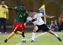 Ekeng, de Camarões, disputa lance com alemão Vrancic em jogo de Mundial sub-20. 2/10/2009. REUTERS/Goran Tomasevic
