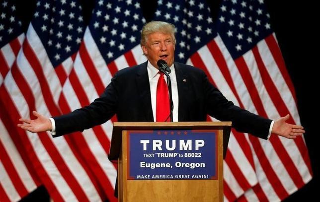 5月8日、米大統領選で共和党の候補指名獲得を確実にした実業家ドナルド・トランプ氏は、富裕層の税率を引き上げるべきとの認識を示した。写真はオレゴン州で6日撮影(2016年 ロイター/Jim Urquhart)