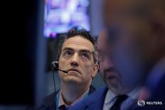 Трейдеры на торгах Нью-Йоркской фондовой биржи 9 мая 2016 года. Индексы США закрыли торги понедельника разнонаправленной динамикой после того, как ралли бумаг Allergan Plc и других фармкомпаний перевесило снижение энергетических акций. REUTERS/Brendan McDermid