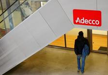 Adecco, le numéro un mondial de l'intérim, fait état mardi d'une modeste croissance de son chiffre d'affaires (5,3 milliards d'euros) au premier trimestre et d'un recul de son bénéfice (144 millions d'euros). /Photo d'archives/REUTERS/Arnd Wiegmann