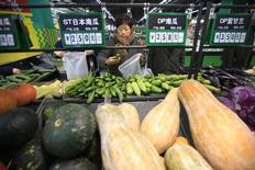 Покупатели выбирают овощи в супермаркете в Шанхае 10 марта 2016 года. Потребительская инфляция в Китае в апреле оставалась на умеренном уровне, тогда как четырехлетнее падение цен производителей замедлилось благодаря росту сырьевых цен, что позволило ослабить опасения рынка по поводу дефляционных рисков во второй по величине экономике мира. REUTERS/Aly Song