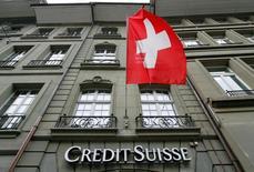 Las bolsas europeas subían el martes, con el fabricante danés de joyas Pandora al alza tras unos sólidos resultados y el banco suizo Credit Suisse avanzando tras registrar una pérdida menor de lo esperado en el primer trimestre. En la imagen, el logo del banco suizo Credit Suisse en su sucursal en Berna, el 9 de mayo de 2016. REUTERS/Ruben Sprich