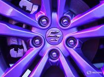 Логотип Suzuki на колесе автомобиля Maruti Suzuki Vitara Brezza в Мумбаи 8 марта 2016 года. Производитель компактных автомобилей Suzuki во вторник спрогнозировал снижение годовой операционной прибыли из-за укрепления иены. REUTERS/Danish Siddiqui