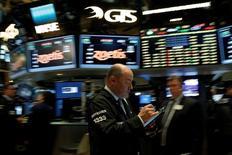 Operadores trabajando en la Bolsa de Nueva York, Estados Unidos. 9 de mayo de 2016. Las acciones subían el martes en la apertura en la bolsa de Nueva York, en línea con los mercados bursátiles globales, debido a un mayor apetito por el riesgo por parte de inversores y al alza de los precios del petróleo. REUTERS/Brendan McDermid/File Photo