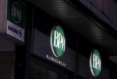 Banca Popolare di Milano a annoncé mardi une baisse de 29% de son bénéfice net au premier trimestre, en raison d'une forte contraction de son revenu de trading dans des conditions de marché difficiles. La banque milanaise, qui doit fusionner avec sa concurrente Banco Popolare pour créer le troisième groupe bancaire italien, a fait état d'un bénéfice net de 48 millions d'euros. /Photo d'archives/REUTERS/Stefano Rellandini