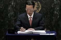 El viceprimer ministro chino, Zhang Gaoli, firma el acuerdo climático de París en la sede de las Naciones Unidas, en Nueva York, Estados Unidos. 22 de abril de 2016. La economía china enfrenta presiones a la baja pero cumplirá con su meta de crecimiento económico para este año, dijo el viceprimer ministro chino Zhang Gaoli durante un foro en Pekín el miércoles. REUTERS/Mike Segar