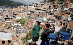 Irmãs  Lohaynny e Luana Vicente posam para foto em telhado de casa na favela da Chacrinha, no Rio de Janeiro. 04/05/2016 REUTERS/Nacho Doce