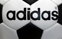 Adidas a annoncé mercredi la rupture prématurée de son accord de partenariat avec le club de football anglais de Chelsea, ce qui lui permet de relever ses prévisions de résultats pour l'ensemble de l'année. /Photo d'archives/REUTERS/Michaela Rehle