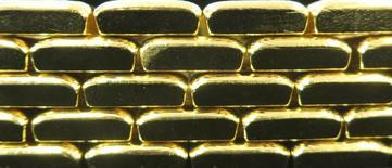"""Barras de oro en la planta """"Oegussa"""" en Viena, mar 18, 2016. El oro repuntó el miércoles desde mínimos de dos semanas, debido a que se frenó una escalada del dólar y cayeron las acciones globales, lo que reavivó el apetito de los inversores por el metal precioso.    REUTERS/Leonhard Foeger"""