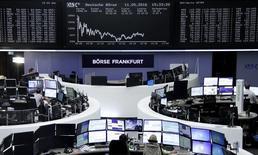Las bolsas europeas caían el jueves ante la caída de grandes valores financieros como Aegon y Credit Agricole. En la imagen, oepradores en la Bolsa de Fráncfort, 11 de mayo de 2016.  REUTERS/Staff/Remote
