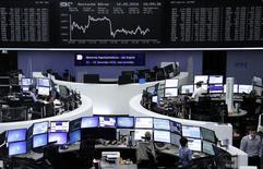 Трейдеры на фондовой бирже Франкфурта-на-Майне. Фондовые рынки Европы открылись снижением в четверг, поскольку падение акций крупных финансовых компаний, таких как Aegon и Credit Agricole, оказало давление на биржи региона.  REUTERS/Staff/Remote