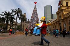 Homem segurando boneco de Homer Simpson no Chile.    12/12/2014      REUTERS/Ivan Alvarado