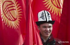 """Мужчина в традиционном киргизском головном уборе в Бишкеке 4 марта 2013 года. Парламент Киргизии в четверг отклонил в третьем чтении законопроект об """"иностранных агентах"""", скопированный у России и критикуемый Западом за сворачивание демократии и ущемление прав человека. REUTERS/Shamil Zhumatov"""