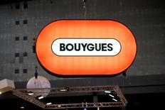 Логотип Bouygues на конгрессе World Efficiency в Париже. Французская строительно-телекоммуникационная группа Bouygues сообщила, что операционный убыток в первом квартале сузился благодаря признакам стабилизации на строительном рынке Франции и улучшению показателей телекоммуникационного подразделения компании.  REUTERS/Charles Platiau/File Photo
