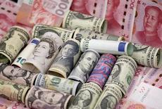Валюты различных стран в Пекине 21 января 2016 года. Доллар достиг двухнедельного максимума к корзине основных валют в пятницу, показав лучший результат за подобный период с февраля, благодаря мнению, что Федрезерв США все еще может повысить ставки раньше других крупных центробанков. REUTERS/Jason Lee