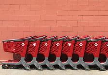 En la imagen, carritos de compra vacíos al exterior de una tienda de Target en Nueva York, EEUU. 11 mayo 2016. Las ventas minoristas en Estados Unidos registraron en abril su mayor incremento en un año debido a que los estadounidenses elevaron sus compras de automóviles y otros bienes, lo que sugiere que la economía está recuperando el impulso tras casi estancarse en el primer trimestre. REUTERS/Shannon Stapleton
