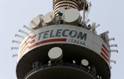 Telecom Italia presentó el viernes un descenso mayor que el previsto de su resultado operativo y anunció un endurecimiento de su programa de ahorro de costes. En la foto, una torre del operador italiano en Roma el 22 de marzo de 2016. REUTERS/Stefano Rellandini